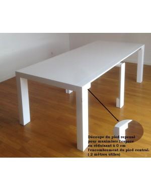Détail des pieds conçus pour maximiser l'espace utile.